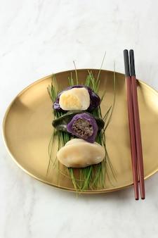 송편, 추석 반달 모양의 한국 떡, 금판에 솔잎 위에 배열, 텍스트 복사 공간