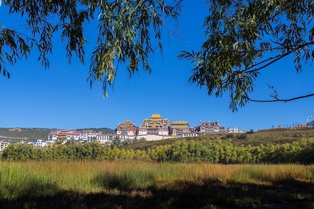 Храм сунцзанлинь, также известный как ганден (шангри-ла), юньнань)
