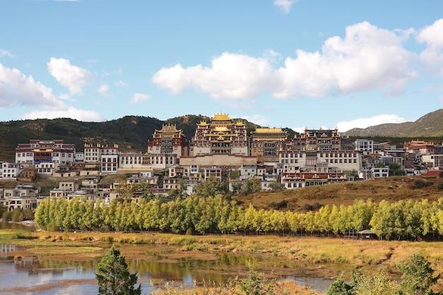 Тибетский буддийский монастырь сунцзанлинь в городе чжундянь (шангри-ла), юньнань, китай.