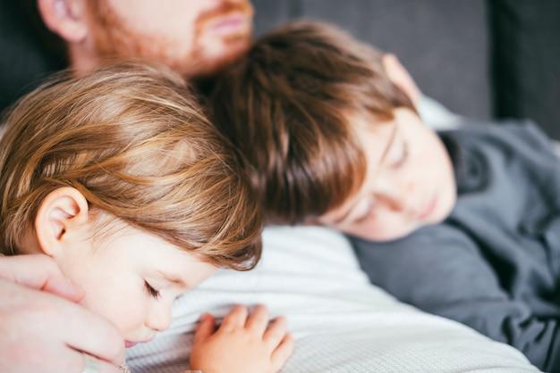 父親の胸で寝ている息子