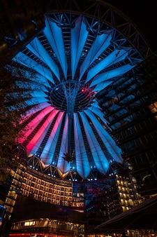 ポツダム広場のソニーセンターは、ドイツのベルリンで夜に照らされました。