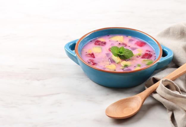 Sop buah 또는 es buah는 코코넛 또는 슈가시럽을 섞은 과일로, 빙수와 연유를 추가하여 크리미한 단맛을 더하는 것으로 buka puasa(조식)에 인기가 있습니다. 텍스트 복사 공간
