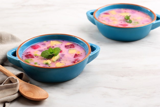 Sop buah 또는 es buah는 코코넛 또는 슈가시럽을 섞은 과일로, 빙수와 연유를 더해 크리미한 단맛을 더해줍니다. buka puasa(아침식사)로 인기