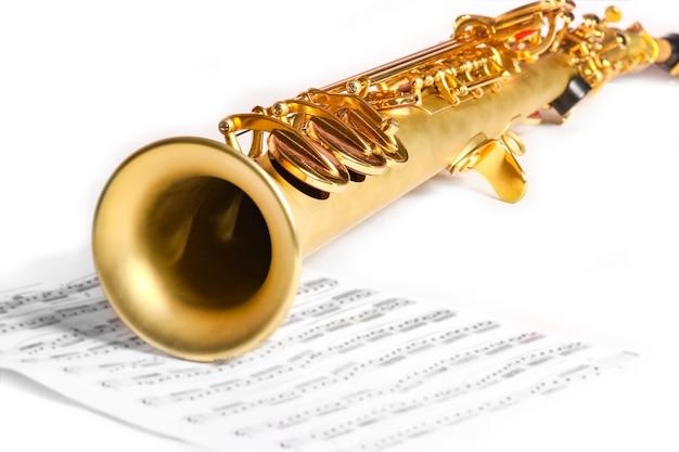 Сопрано-саксофон на белом фоне