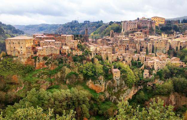Взгляд сверху на средневековом городке sorano, в провинции гроссето, тоскана (toscana), италия. европа