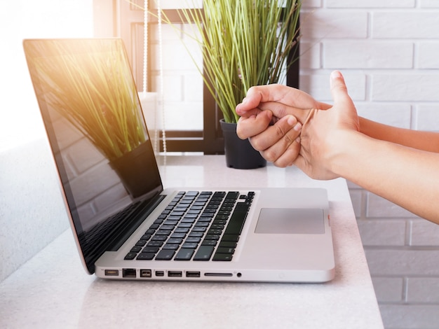 Боль в пальцах, ладонях и кистях рук при работе с ноутбуком, воспаление нервов и суставов, симптом ревматоидного артрита или офисный синдром.
