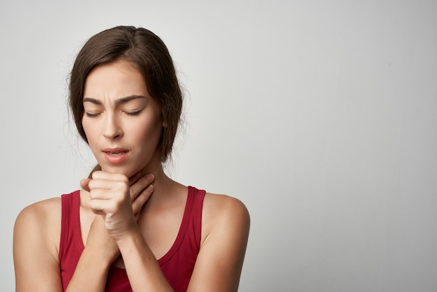 喉の痛み咳風邪の健康問題孤立した背景