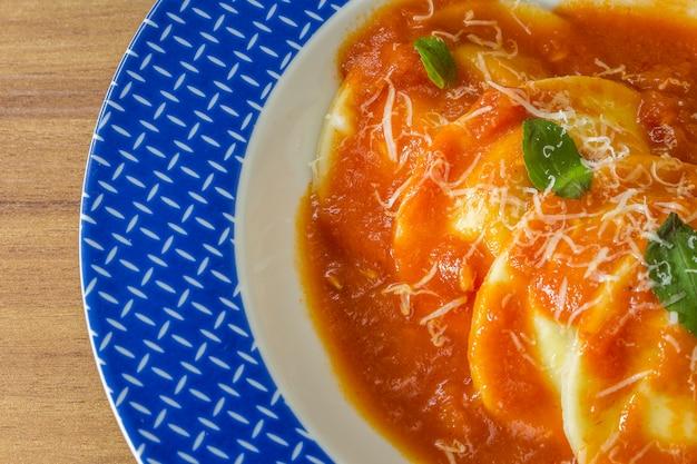 Sorrentinosの皿 - パスタを詰め、ソースといくつかのバジルの葉で飾った。