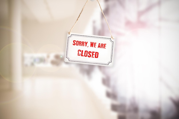 申し訳ありませんが、クローズアップのビジネスショップのドアに看板がぶら下がっています。