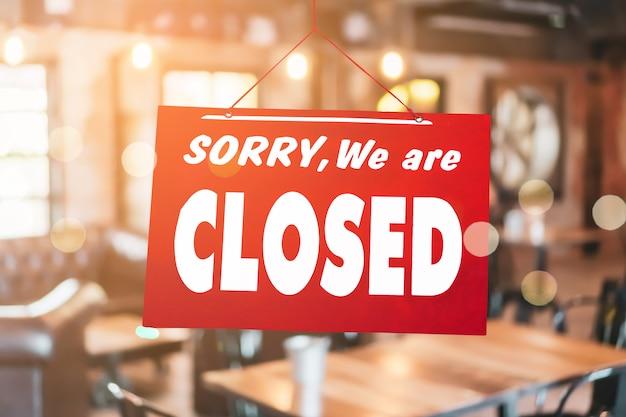 申し訳ありませんが、営業所のドアに掛かっている閉じた看板があります。