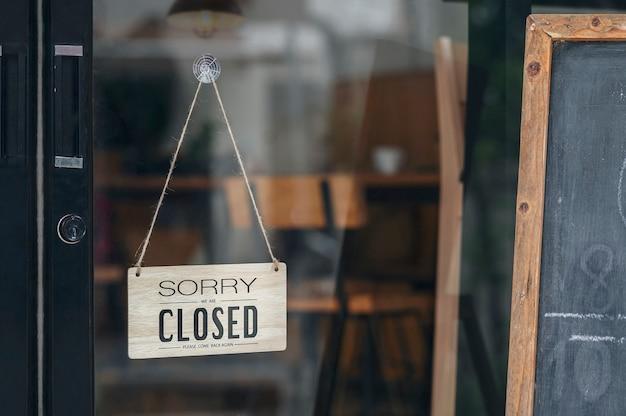 申し訳ありませんが、汚れたガラスのドアにぶら下がっている看板が閉まっています。