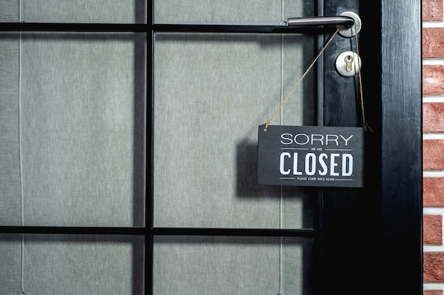죄송합니다 우리는 폐쇄 표지판입니다. 영업소 또는 상점 상점이 문을 닫습니다.
