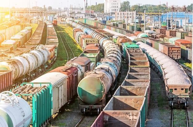 Сортировка грузового вагона на железной дороге при формировании состава.