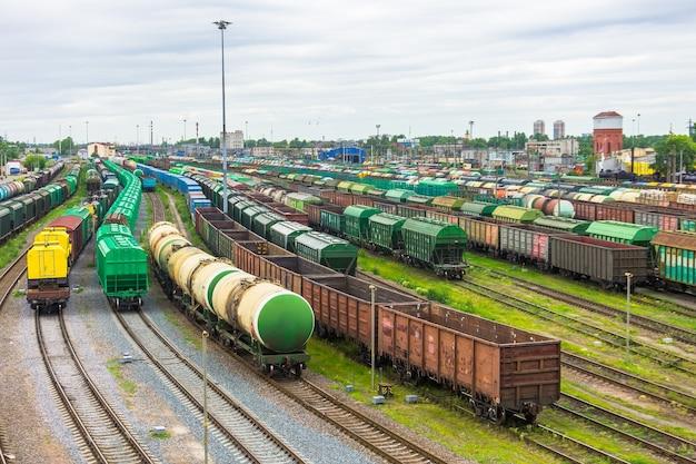 Сортировка грузового вокзала в вагонах города для составов с разными грузами.