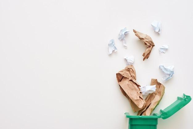 ごみの分別の概念。紙くずのトリミングされた写真。ごみ箱に落ちるしわくちゃの紙