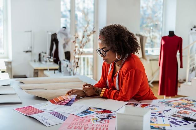 Перебираем палитру. необычно красивый женский дизайн, занятый поиском подходящего цвета дизайнерской одежды