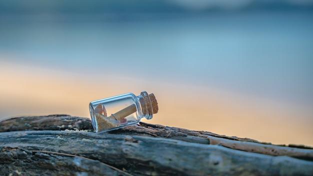 石の上にボトルに入ったsosメッセージ