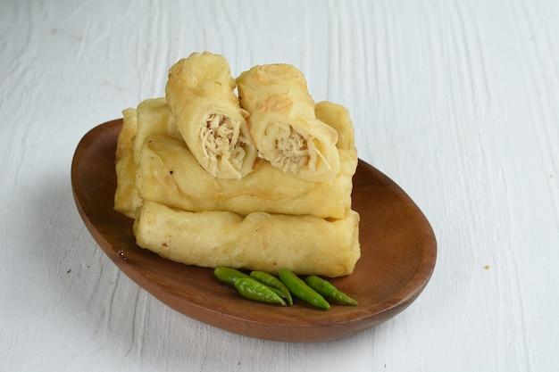 ソシスソロは、インドネシアの伝統的なスナックロールクレープで、スパイスのひき肉または鶏肉を詰めたものです。