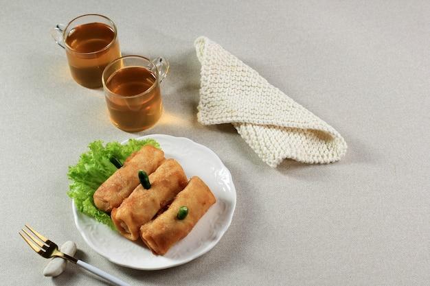 Sosis solo, куриный фарш с яичным блинчиком и формой, напоминающей сосиску. обычно подается с чаем, зеленым перцем чили и соусом чили. solo central java typical food.