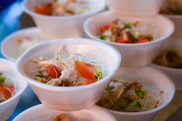 소토 아얌은 스티로폼 그릇에 담긴 인도네시아 전통 음식 치킨 수프 요리입니다.