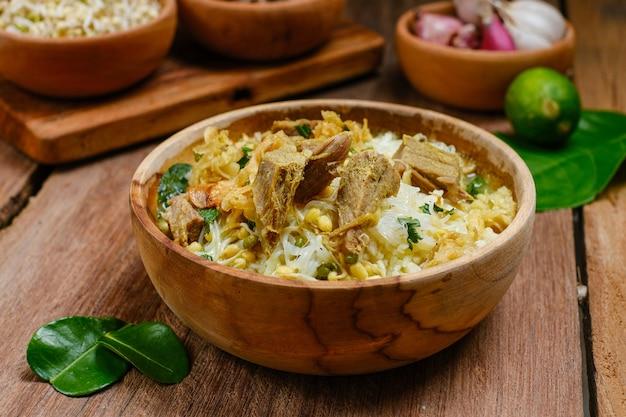 Sotosapiまたはsotodagingは、インドネシアの特別なスープです。ビーフブロスとミートカツを使ったこの料理。イードアルアドハーまたはデイリーの人気メニュー