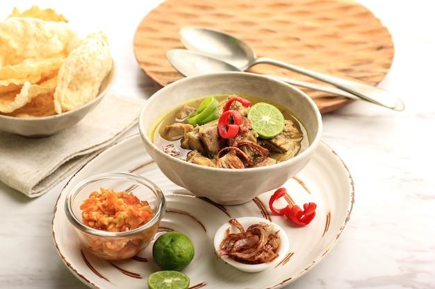 Sotosapiまたはsotodagingは、インドネシアの特別なスープです。ビーフブロスとミートカツを使ったこの料理。イードアルアドハーの人気メニュー