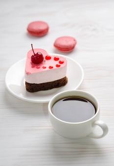 一杯のコーヒーとスフレケーキ