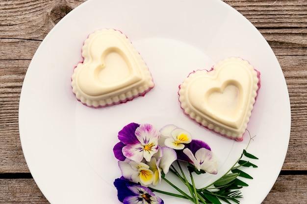 코티지 치즈, 한천 및 크림이 들어간 심장 모양의 수플레