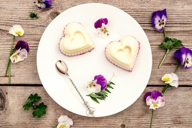 Суфле в форме сердца с творогом. концепция здорового питания.