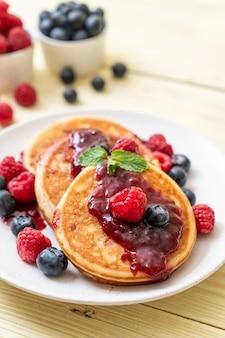 신선한 나무 딸기와 블루 베리 수플레 팬케이크