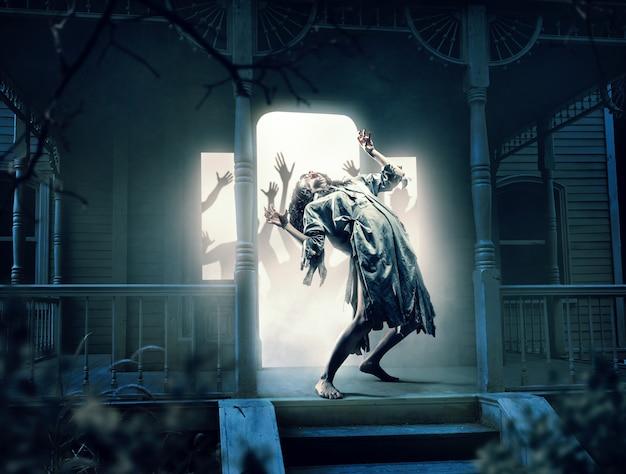 夜の廃屋での犠牲者の魂。ホラースタイル、ミステリー、悪魔払いの写真