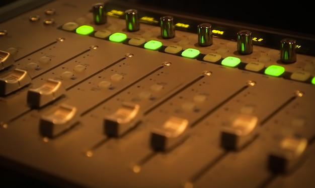 Панель управления звуком в профессиональной студии звукозаписи