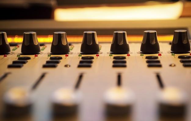 プロのレコーディングルームのサウンドコントロールパネル