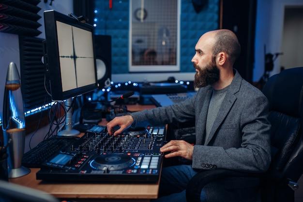 Звукорежиссер, работающий в студии звукозаписи