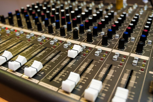 Звуковое оборудование для управления музыкой, звуковой микшер.