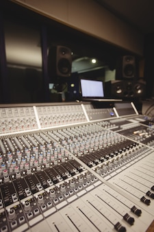Звуковой микшер в студии