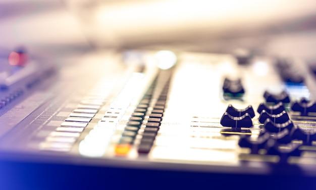 サウンドミキサー。ライト、ボタン、フェーダー、スライダーを備えたプロフェッショナルなオーディオミキシングコンソール。