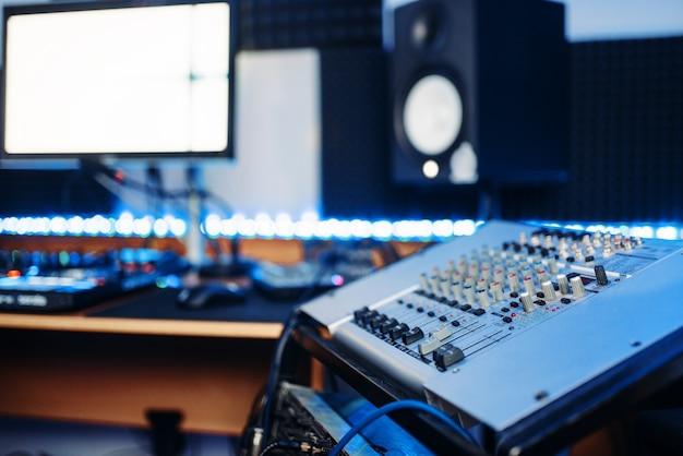 スタジオのサウンドオペレーターと女性パフォーマー
