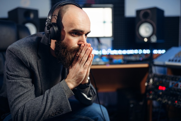 Звукорежиссер и певица, студия звукозаписи