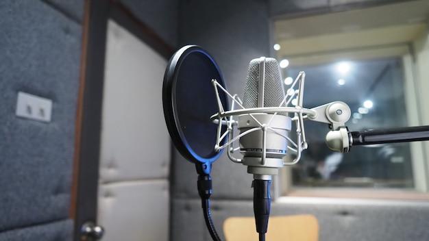 Студия звукозаписи с микрофоном, амортизатором и поп-фильтром на штативе, которые используют