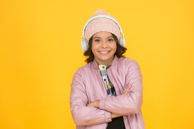 Звучит отлично. аудиокурс. современные технологии. прослушивание школьной книги. цифровые технологии для обучения. эмоциональный ребенок школьницы в наушниках. технологии обучения. девушка слушает песню.