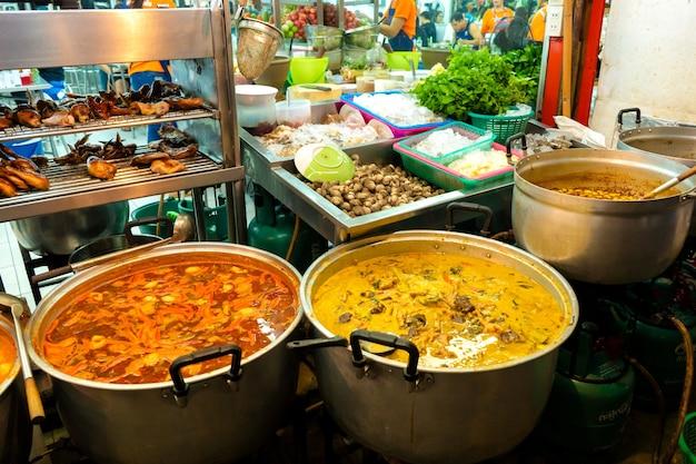 野外の屋台の食べ物市場でのスープキャセロール