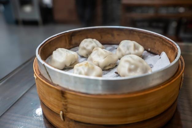 中国南京の伝統的なおやつ、竹かごの中のスープ餃子