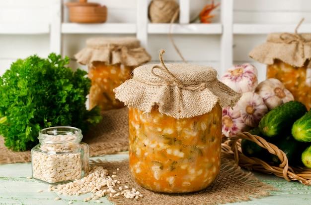 瓶入りスープ。大麦とキュウリのピクルス