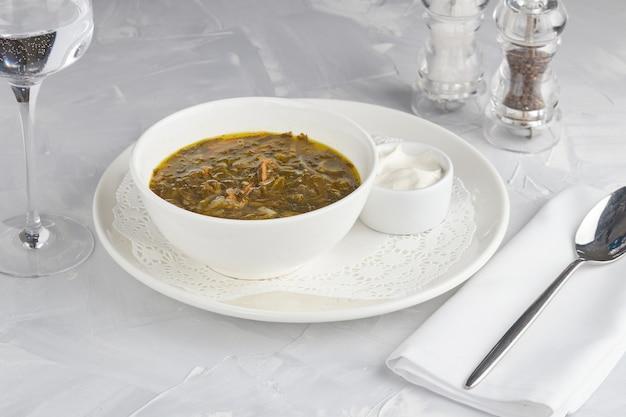 밝은 배경에 녹색 밤색 수프