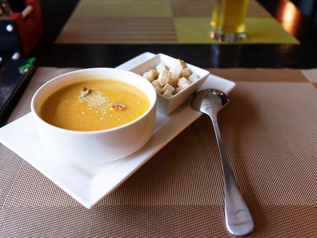 ゴマ、白パンのクルトンをまぶしたスープピューレ。レストランでの日本食。