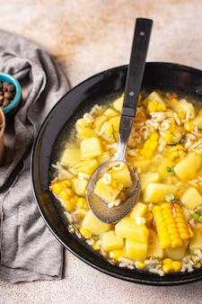 スープ野菜コーンポテトパスタアルファベットブロス肉なし新鮮な部分食事スナックテーブルの上