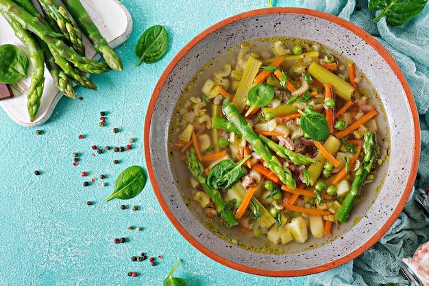 牛肉、アスパラガス、グリーンピース、ニンジン、セロリが入ったスープ。健康食品。フラットレイ。トップの競争