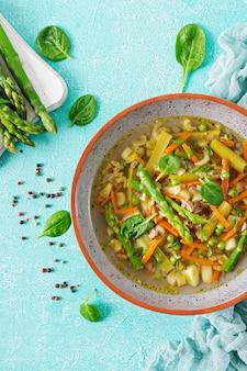 牛肉、アスパラガス、グリーンピース、ニンジン、セロリが入ったスープ。健康食品。フラットレイ。