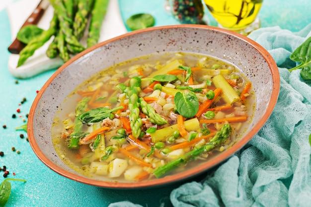 牛肉、アスパラガス、グリーンピース、ニンジン、セロリが入ったスープ。健康食品。